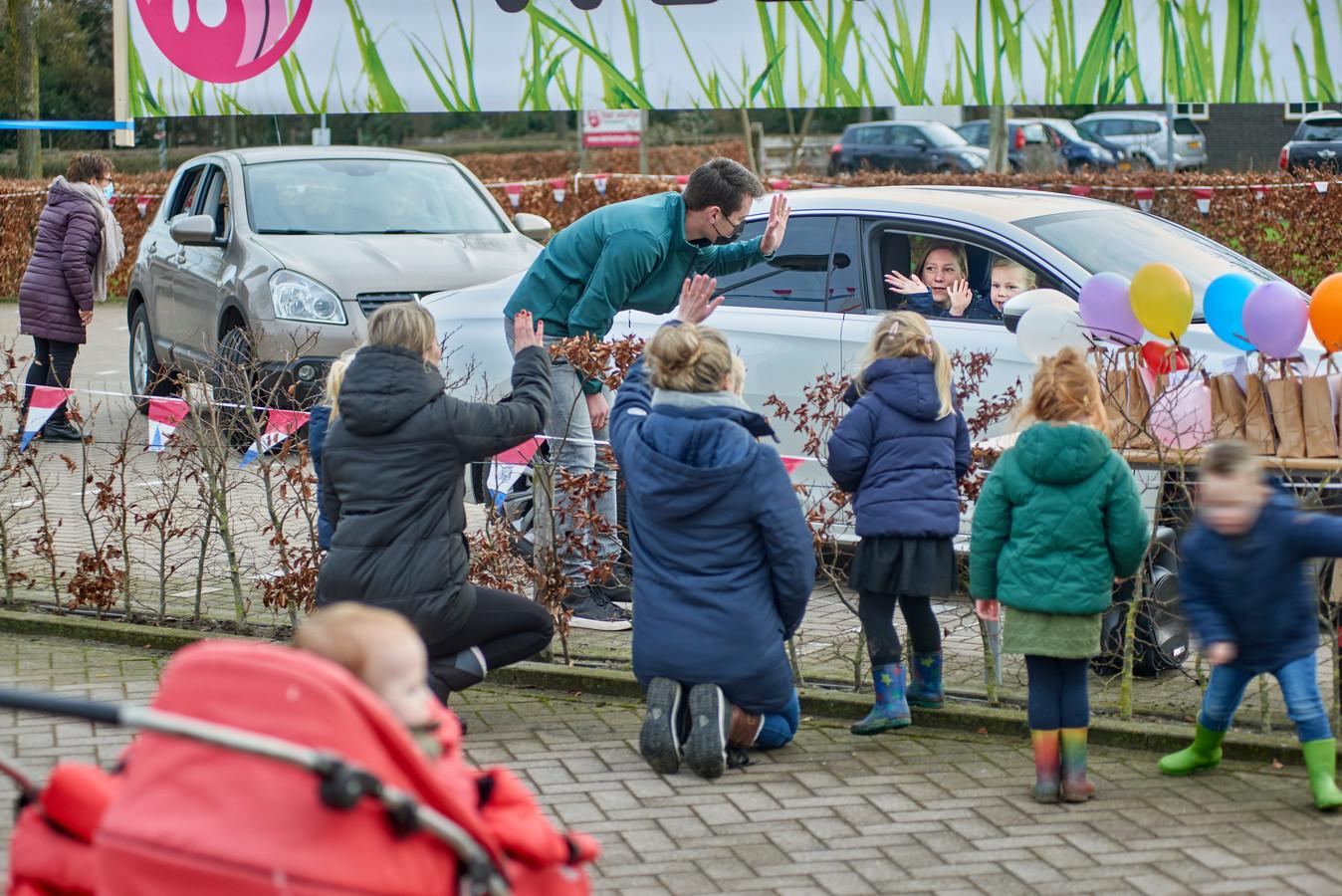Lauren Aalbers zwaait met haar moeder Joyce vanuit de auto naar Pieter Elissen en andere medewerkers van Het Snuitje in Veghel.