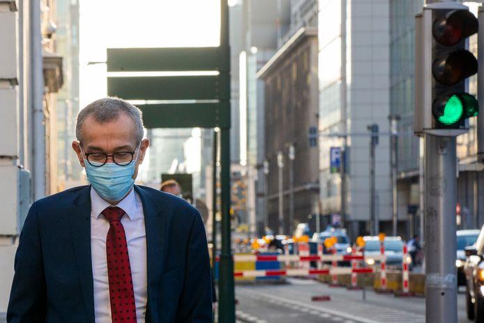 Minister Frank Vandenbroucke voor het Overlegcomité waarop een pak lichten op groen gingen.