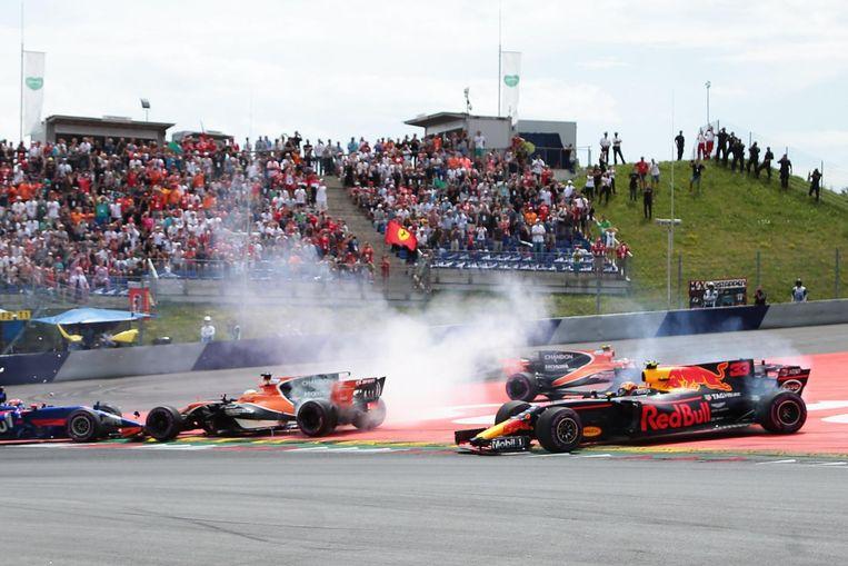 Verstappen moest voor de derde opeenvolgende keer gedwongen uitstappen. Beeld De Coster