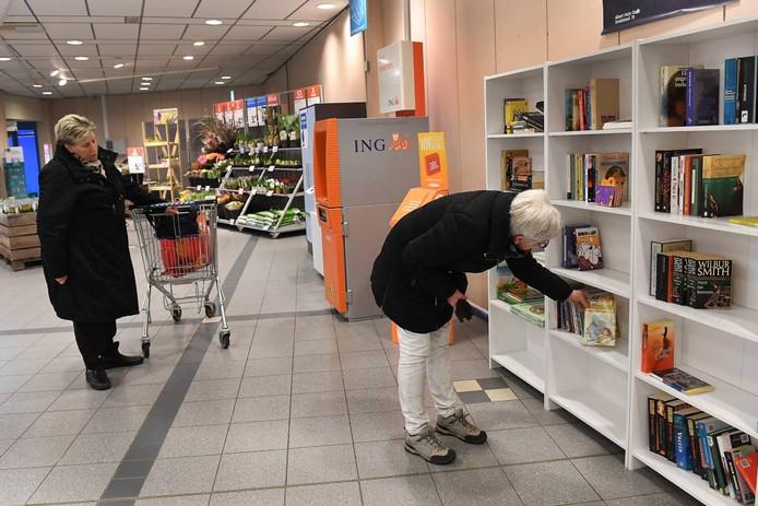 De kast met boeken in de Cuijkse AH.