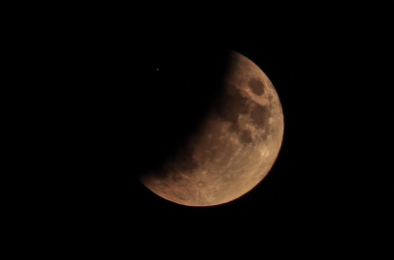 De gedeeltelijke maansverduistering was vanavond goed te zien, onder andere in Hoeksche-Waard.