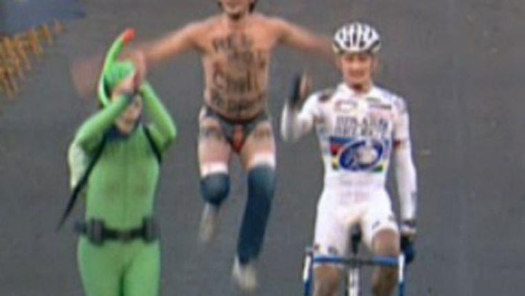 Wellens bij zijn aankomst als winnaar van de Superprestigecross in Gavere 2003. Bekijk die beelden in de achtste video samen met Peter Van Santvliet. Beeld kos