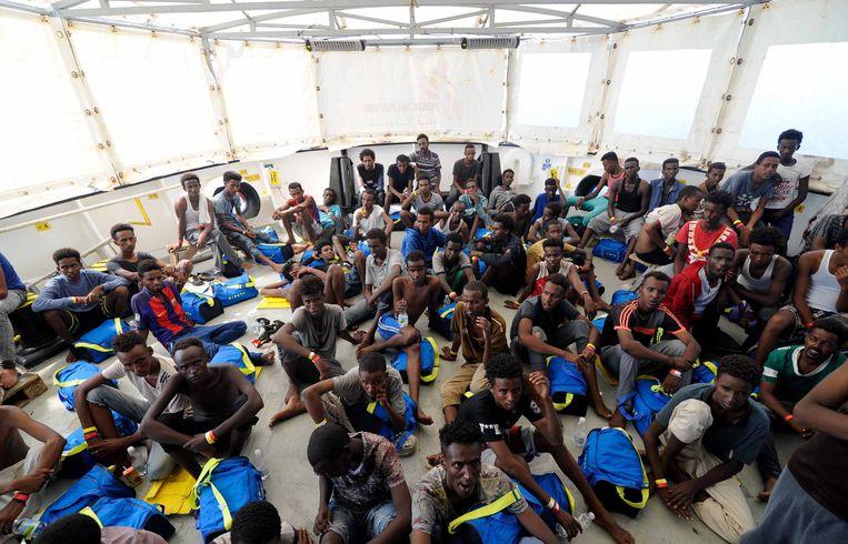 141 migranten zaten dagen vast op zee op het reddingsschip Aquarius. Na een kleine week mocht het schip uiteindelijk aanmeren in Malta. Beeld EPA