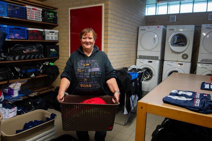 Karin Vermeulen is de wasvrouw bij VV Trinitas. Er gaat daar shirts voor liefst vijftien elftallen wekelijks door de machine.