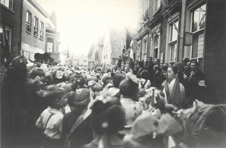 Optocht van schoolkinderen door Werkendam, mei of juni 1945 Beeld Beeldbank Streekarchief Langstraat Heusden