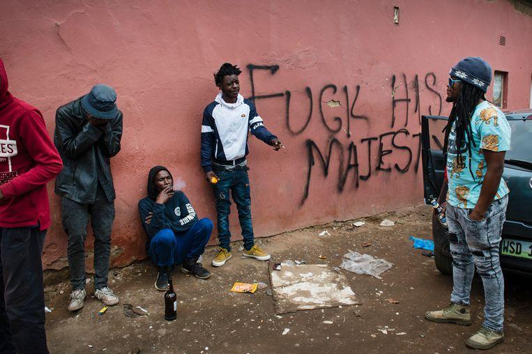Weg met de koning, is de vrije vertaling van de tekst op de muur in de wijk Skom van de hoofdstad Mbanane. Jongeren durven er ook gezien te worden. Beeld Bram Lammers