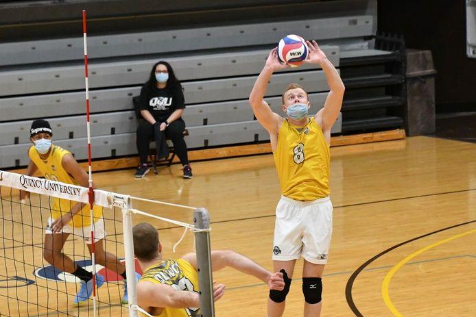 De Belg Yoran Raymaekers (8) moet in Amerika topvolleybal beoefenen met mondmasker. Al lijkt dat niet altijd eenvoudig.