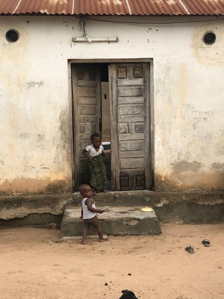 Een huis in ivoorkust, met bij de ronde gaten boven de deur de nieuwe muggendoders geïnstalleerd. Beeld In2Care
