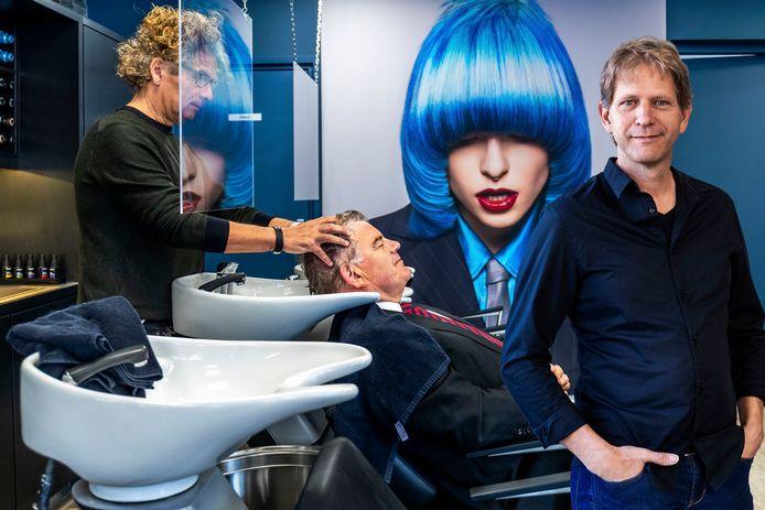 Jan van Zanen bij de kapper. 'Hoe had u het gehad willen hebben, mijnheer?'