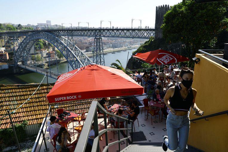 Op het terras in Porto, waar de coronamaatregelen zijn versoepeld. Beeld REUTERS