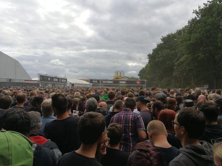 Een beeld vanuit de wachtende massa voor de ingang. De festivalganger die deze foto nam, moest 2,5 uur aanschuiven. Beeld Sigi Bodson