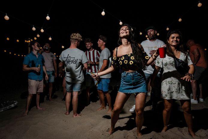 Op de Maasvlakte bij Rotterdam was dit weekend een illegaal feest.
