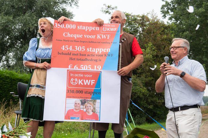 Hans en Anne-Marie Jespers worden binnengehaald bij de finish aan de Klein Dongenseweg in Dongen en nemen de cheque in ontvangst.