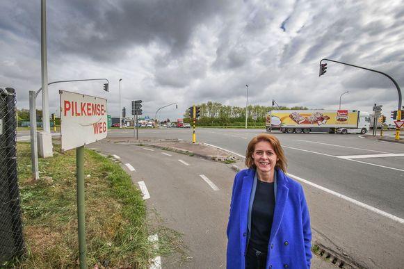Burgemeester Emily Talpe op het kruispunt aan de Pilkemseweg met de Noorderring. Het kruispunt krijgt een nieuwe asfaltlaag.