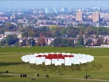 Vlaggen in Park Spoor Noord eren coronaslachtoffers en zorgpersoneel