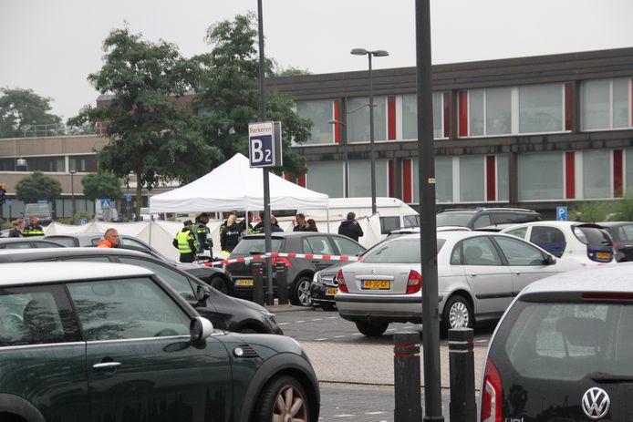 Een witte tent en witte schermen op de parkeerplaats van ziekenhuis ZGT in Almelo, waar een lichaam is aangetroffen.