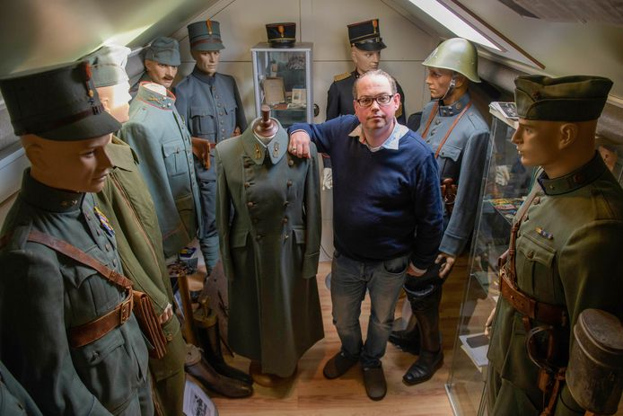 Bert-Jan Dierink in zijn oorlogsmuseum bij hem thuis op zolder. Dierink staat naast de overjas van Willem van der Velden, een van de bijzondere stukken uit zijn verzameling.