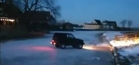 Stunt van 'ijspiraat' gaat mis, jeep zakt door het ijs in Friesland