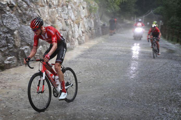 De renners werden in de afgelopen Vuelta met noodweer over een onverharde weg gestuurd. Links Wilco Kelderman.