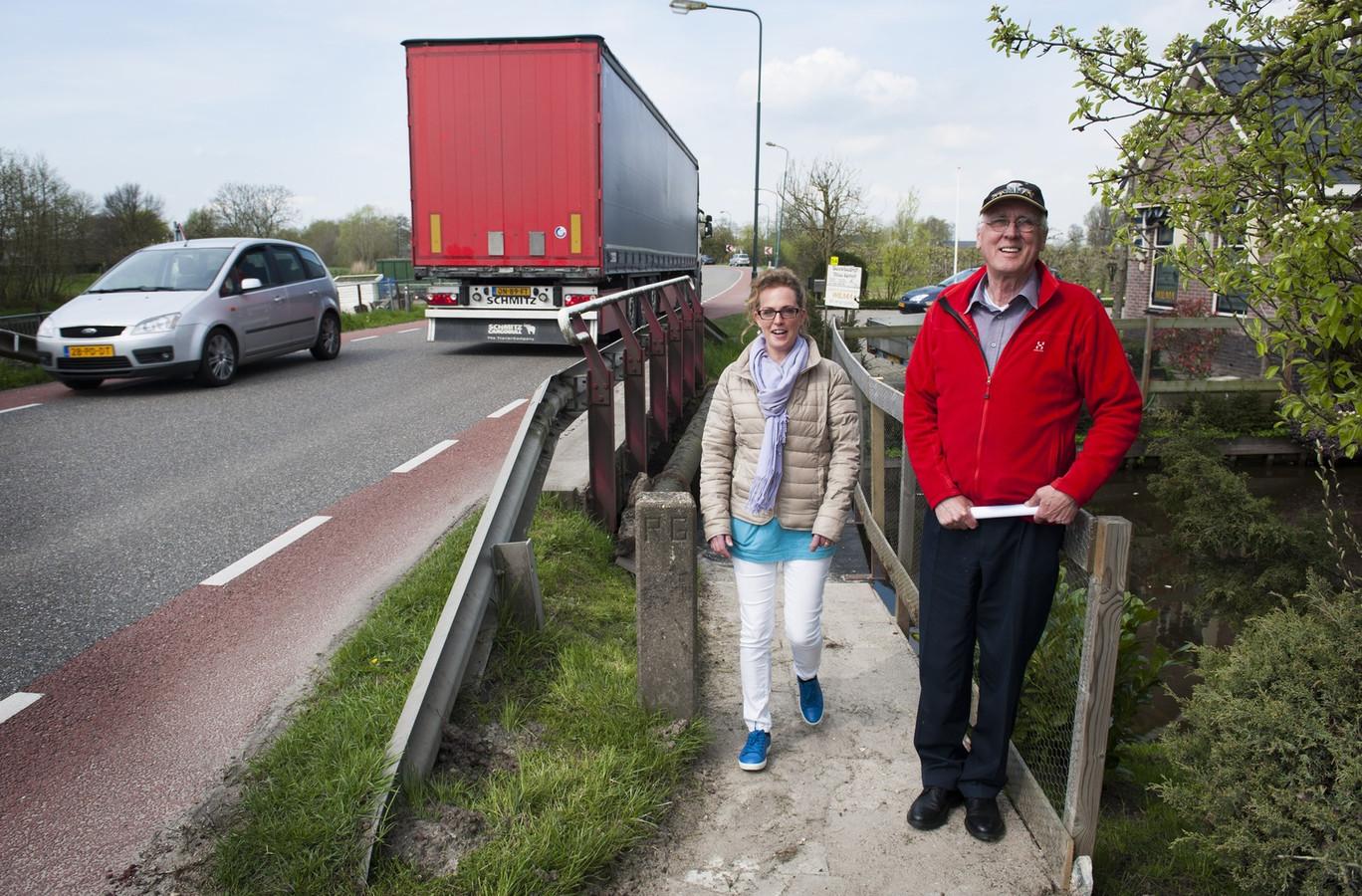 Daniël Keyser en zijn buurvrouw Wilma Spruit op de eigen, veilige brug