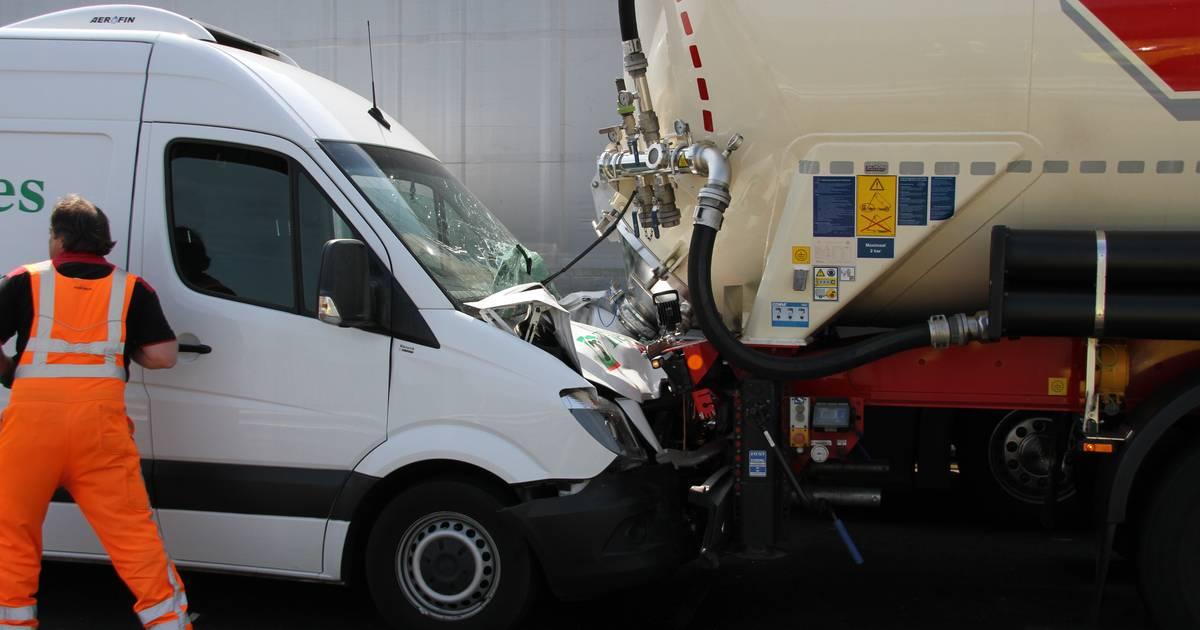 Kettingbotsing zorgt voor chaos op A1 bij Enter: verkeer wordt omgeleid.