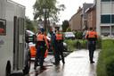 De politie pakte minstens één verdachte op in de omgeving en bracht die ter plaatse naar het basketbalveld.