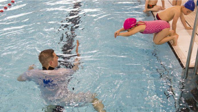 Kinderen krijgen zwemles