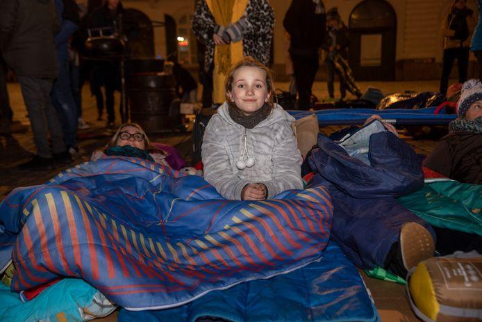 Zo'n tweehonderd mensen brengen de nacht door op het Sint-Pietersplein om aandacht te vragen voor de daklozenproblematiek.