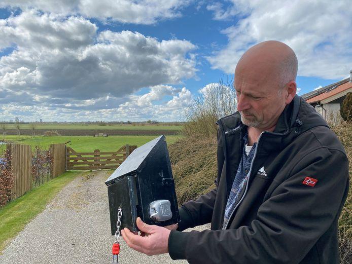 Geocacher Patrick Dekkers ontcijfert het slot van een cache.