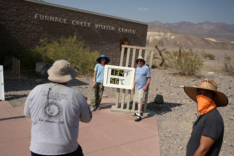 Parkopzichter Jennette Jurado maakt een foto van de hoge temperatuur in Death Valley, Californië.  Beeld REUTERS