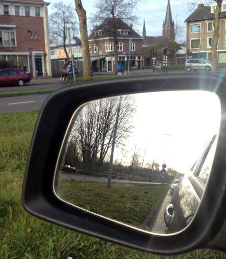 Beschonken man (17) trapt spiegels van auto's in Breda