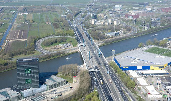 Luchtfoto van de A12 bij Utrecht nabij knooppunt Oudenrijn.