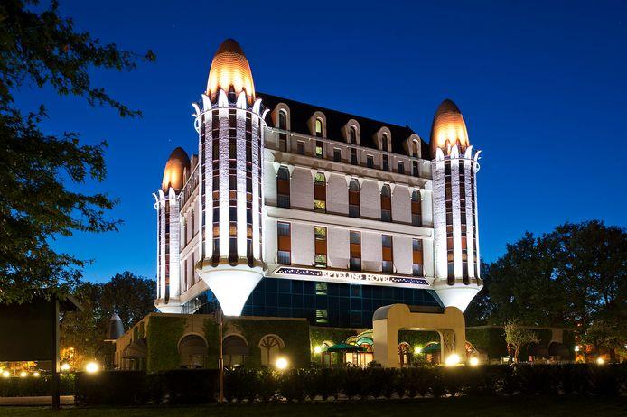 Als het donker is, lijkt het Efteling Hotel wel een zwevend kasteel.