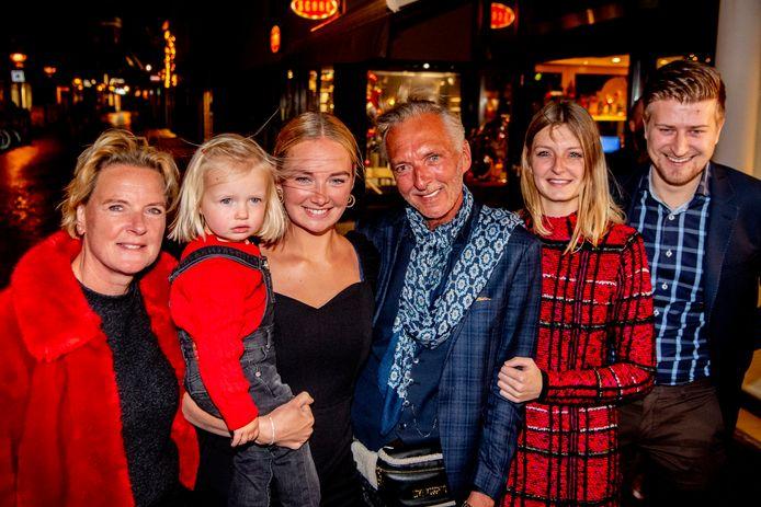 Martien Meiland met zijn vrouw Erica, kleindochter Claire, dochter Maxime, dochter Montana en schoonzoon Dirk.