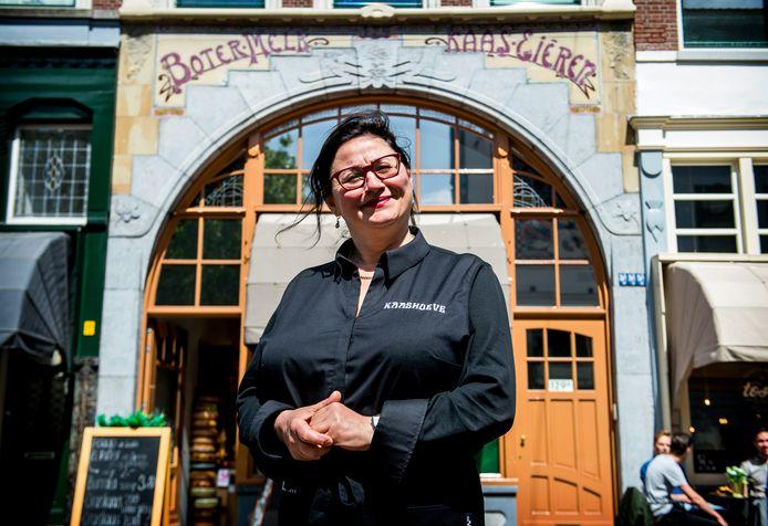 De Oude Binnenweg is opgeknapt: Takuhi Cekem voor haar kaaswinkel.