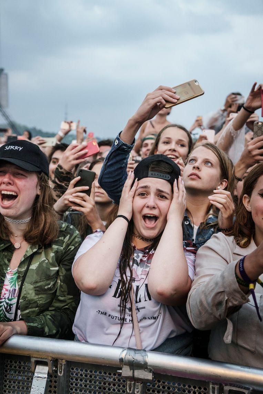 Een meisje bedekt haar oren tijdens het optreden van Justin Bieber op Pinkpop eerder dit jaar.  Beeld Eric de Mildt