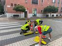 De symbolische actie vond plaats aan het zebrapad aan het gemeentehuis.