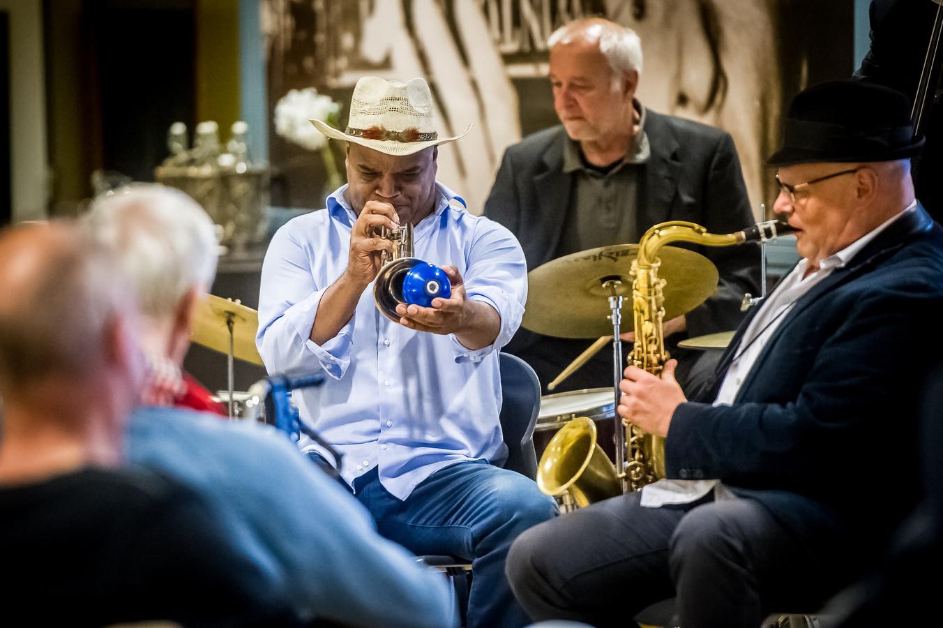 Michael Varenkamp verzorgt een Jazz optreden in woonzorgcentrum Moermont in Bergen op Zoom.   Foto: Joris Knapen | Pix4Profs