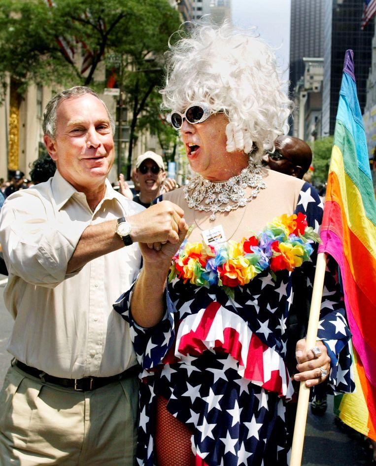 Gilbert Baker, rechts, met voormalig burgemeester van New York Michael Bloomberg tijdens de Gay Pride in New York in 2002. Beeld REUTERS