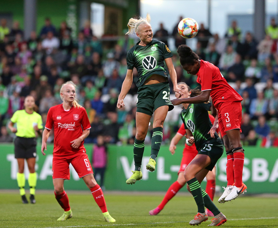 De Deense sterspeelster Pernille Harder van VfL Wolfsburg in actie tegen FC Twente.