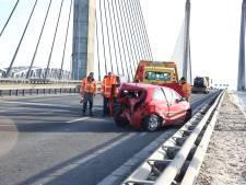 Grote BMW klapt hard op stilstaande Toyota Yaris op A2 bij Waardenburg