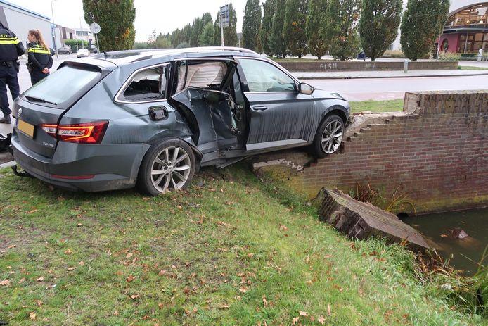 Eén van de auto's belandde bijna in de sloot.
