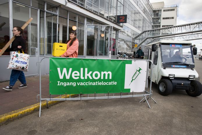 De GGD voert tot nu toe de meeste vaccinaties met het Pfizer-vaccin uit. In Rotterdam wordt geprikt in de monumentale Van Nelle Fabriek.