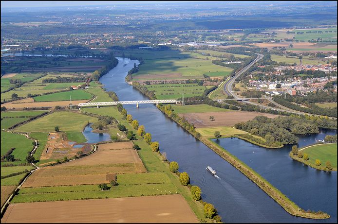 De Gennepse oever bij de Maasbrug vanuit de lucht gezien.