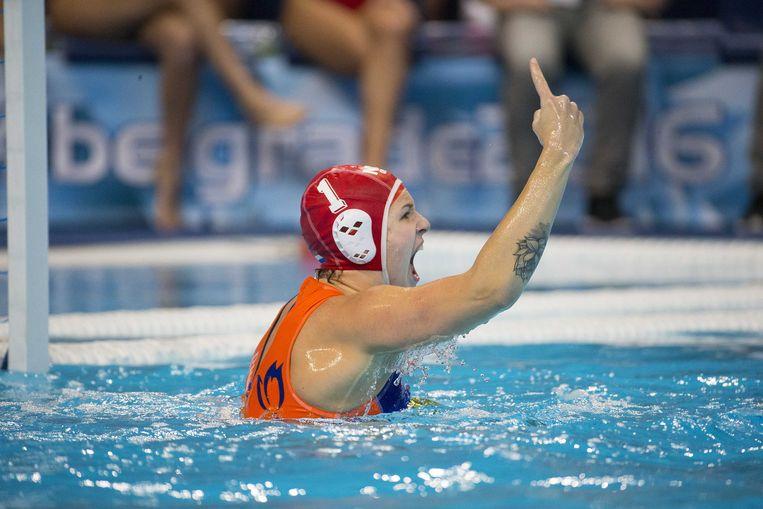 Keepster Laura Aarts, van de Nederlandse waterpolosters juicht na het winnen van de halve finale EK Waterpolo tegen Spanje in Belgrado. Beeld ANP