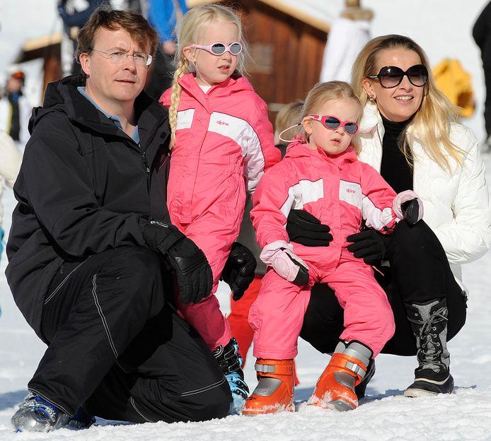 Prins Johan Friso en prinses Mabel met hun dochtertjes Luana en Zaria tijdens de skivakantie van vorig jaar.