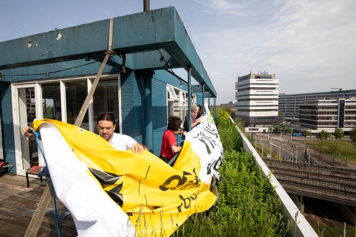 Dakboeren in actie op de dakakker op het Schieblock in Rotterdam.