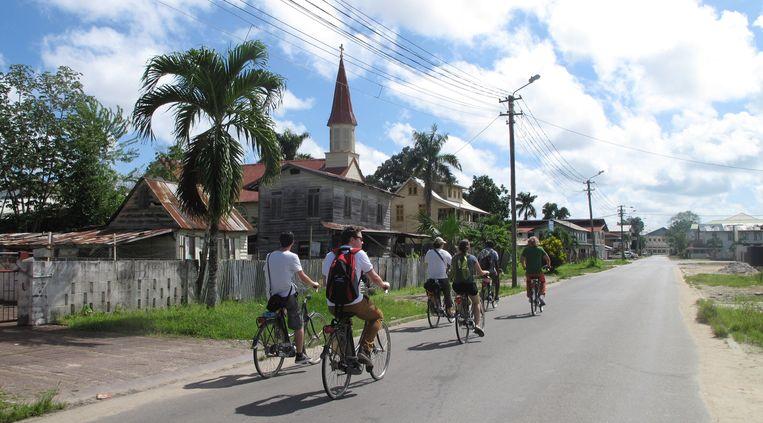 Op weg naar Leonsberg, voor het bootje over de Surinamerivier. Beeld Iñaki Oñorbe Genovesi