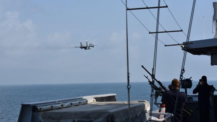 Russische gevechtsvliegtuigen bij het Nederlandse marineschip. Beeld Defensie