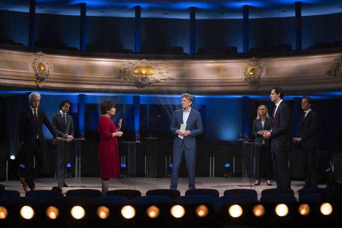 Onder leiding van Pieter Jan Hagens discussiëren Lilianne Ploumen (PvdA) en Wopke Hoekstra (CDA) een-op-een tijdens het verkiezingsdebat bij EenVandaag.